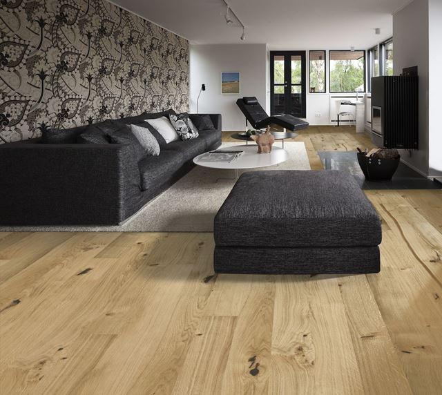 Kährs tynngulv 1-stav eik Village  47581452  et gulv med særpreg. Med Woodloc kan gulvet enkelt og raskt legges i areal opp til 12 m i bredden. Er tilpasset relativ luftfuktighet(RF) 30 – 60 % og ka..